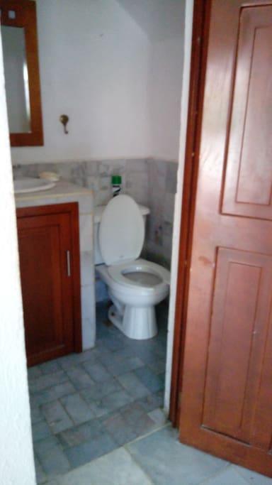 Medio baño enfrente de la habitación