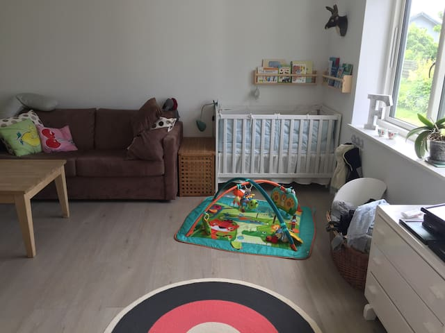 Room with sofabed 140 cm and bed for babies/small children