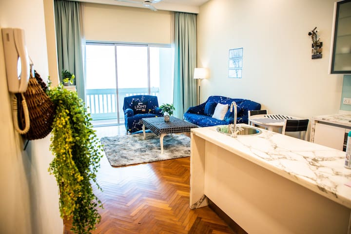 White Cottage Style Marina Suite @ Strait Quay