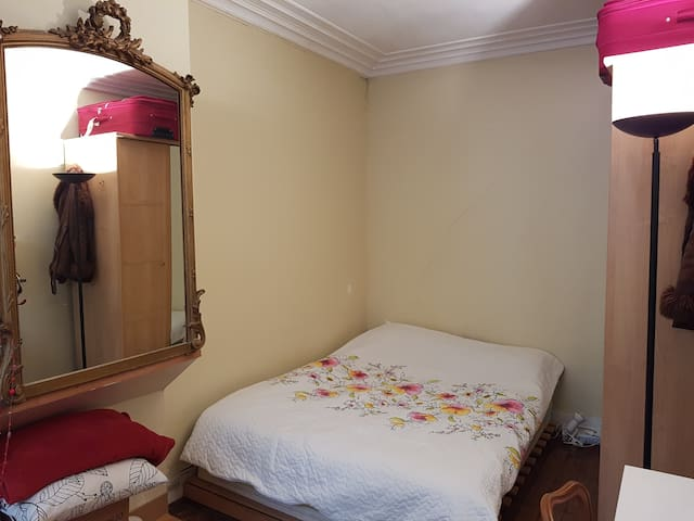 Apartment in 8th Paris nearby prime attractions