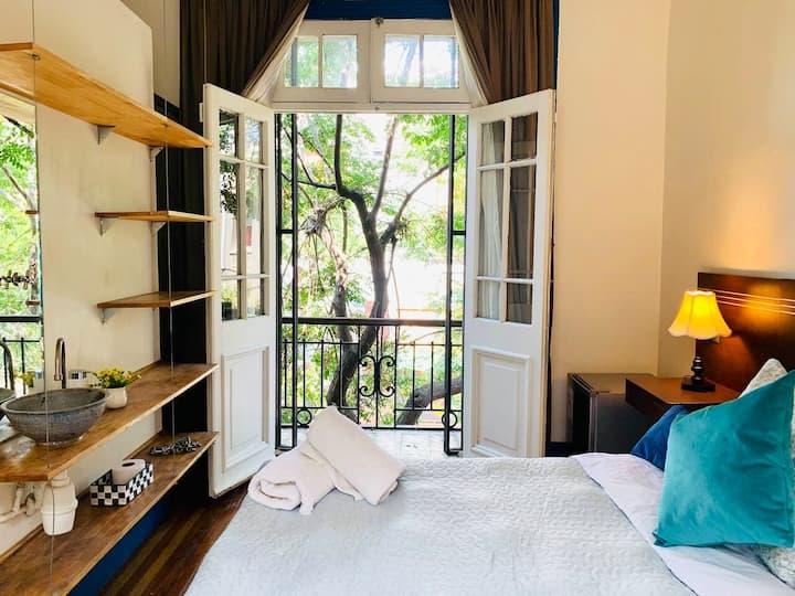 Habitación con balcón y vista a calle residencial