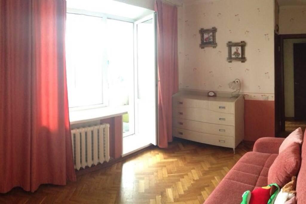Спальня с большим раскладным диваном