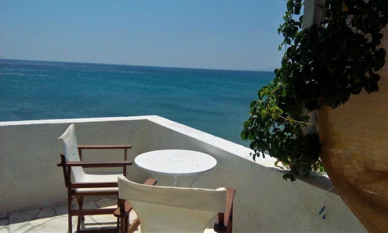BEACH APARTMENT -LIVING ON THE SEA SAMOS ISLAND - Marathokampos - Apartamento