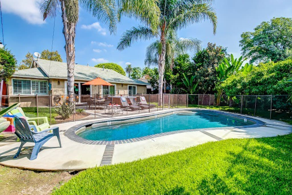 Sun and fun walk 2 d 39 land pool spa houses for rent in for King s fish house anaheim