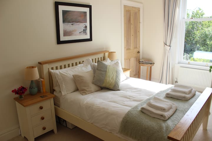 Smart, bright & spacious room in quiet area. - Edinburgh - Lejlighed