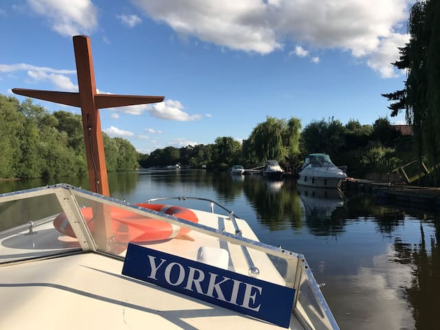 Stay on motorboat on River Ouse in York