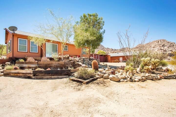 Desert Utopia Retreat       Views  Peace  Hot Tub