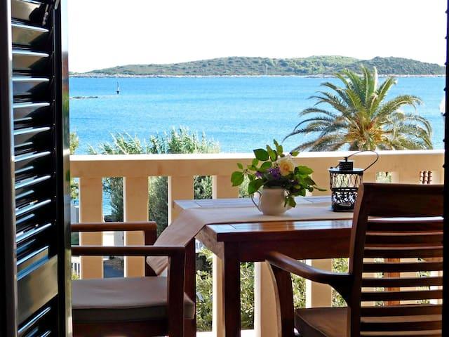 One bedroom Apartment, beachfront in Milna, Terrace