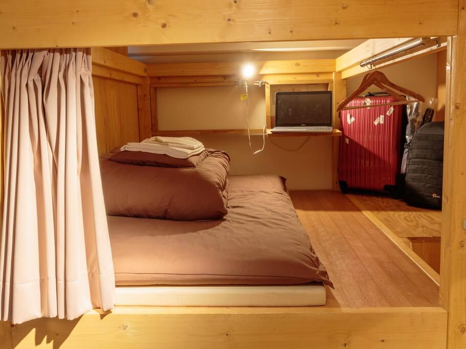 ベッドの横に荷物が置けます。