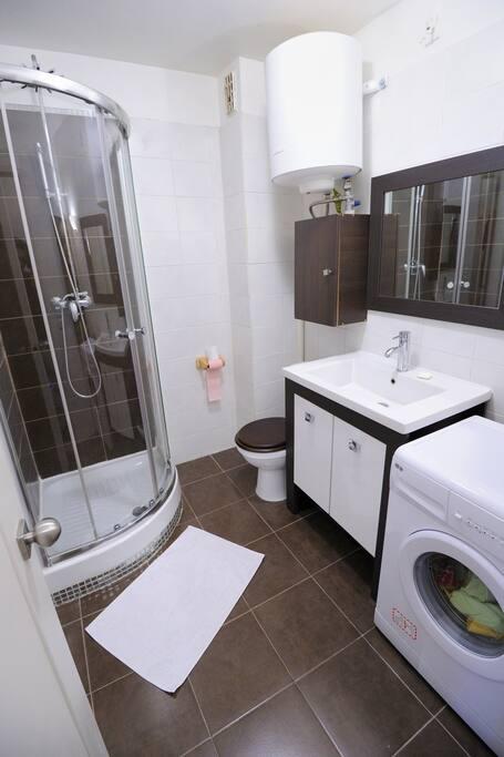 0a0Salle de douche, lavabo, Wc et lave linge, sèche serviette.