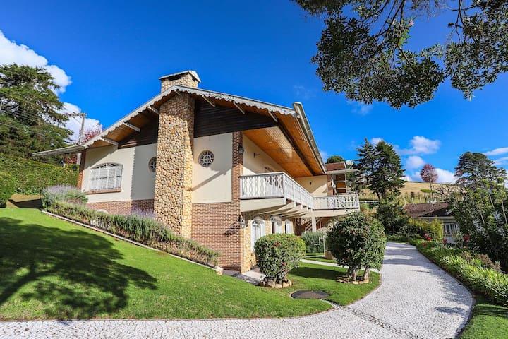 Super mansão clássica no Alto do Capivari