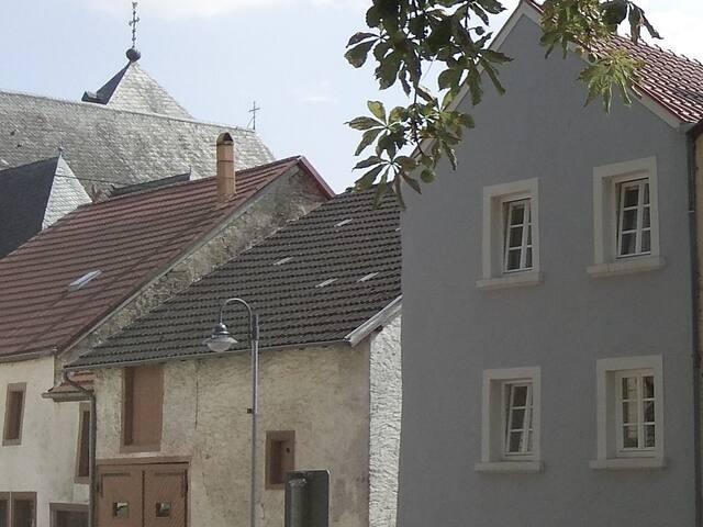 Die Nachbarschaft im historischen Ortskern. The neighbourhood in the historical village center.