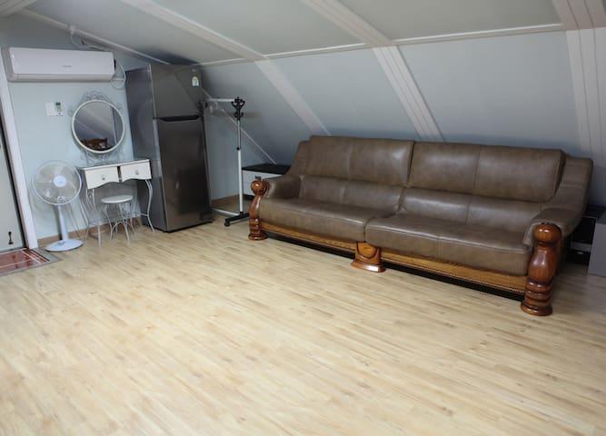 cozy loft, near the Geo Je City Hall and markets
