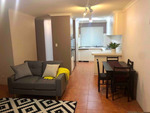 MAYLANDS - Private quiet 2bdrm family villa +WIFI