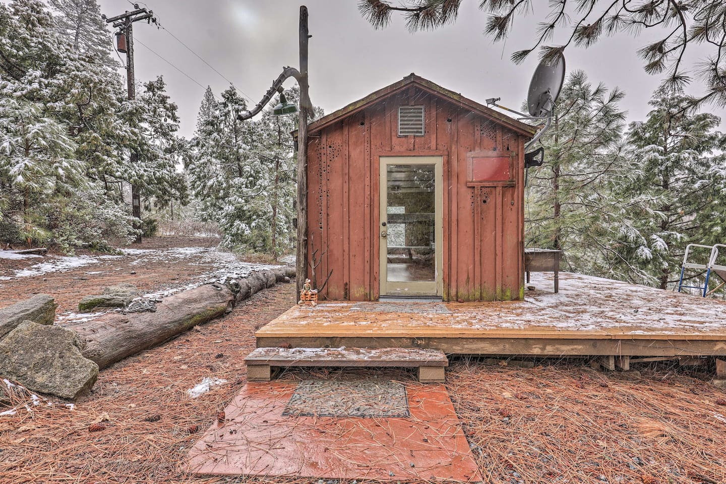 This detached bunkhouse sleeps 4.