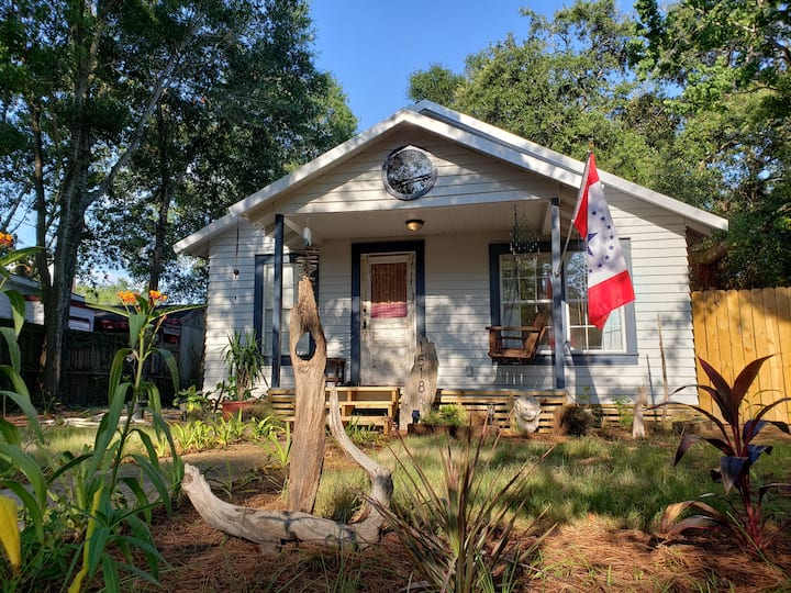 Newly Renovated Historic Cottage 2 min. to Beach!