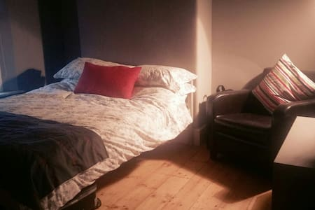 Comfortable & Spacious Double Bedroom, close to CC - Dublín - Casa