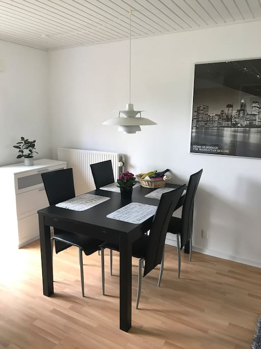 Table in the living room / Spiseplads