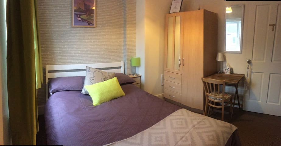 Quiet room near city centre, double bed