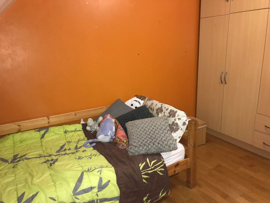 chambre avec: lit simple, armoire, bureau...