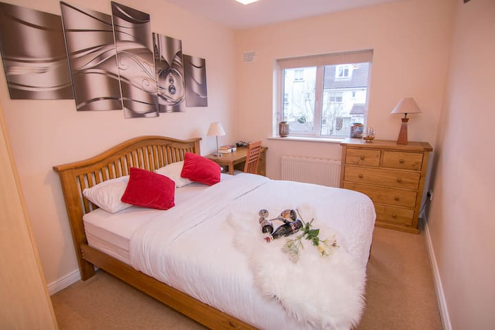 Quiet Double Room – King Bed and FREE parking.