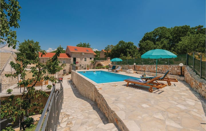 Stunning home in Runovic with Outdoor swimming pool, WiFi and 4 Bedrooms