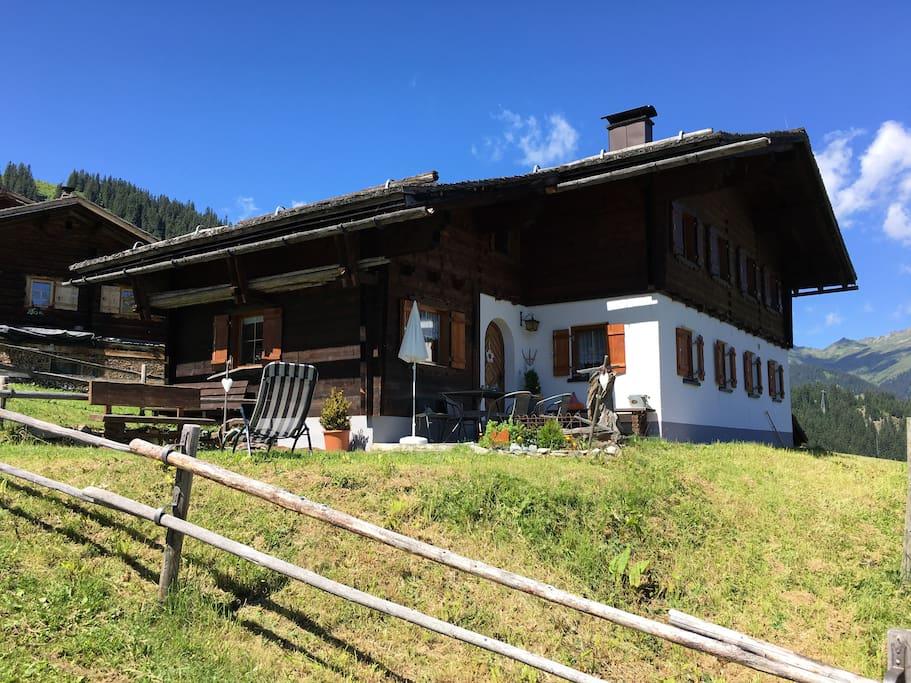 Die Wohnung befindet sich im Obergeschoss des Hauses (Holzteil)