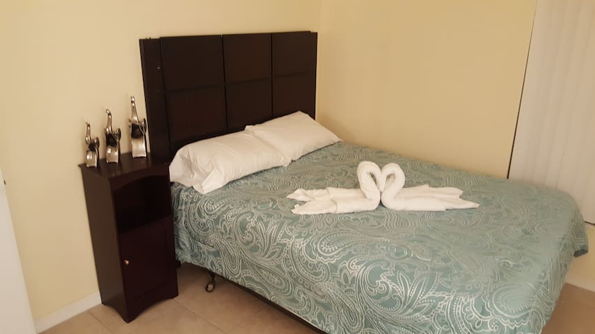 COZY PRIVATE BEDROOM, CLOSE TO DISNEY-UNIVERSAL