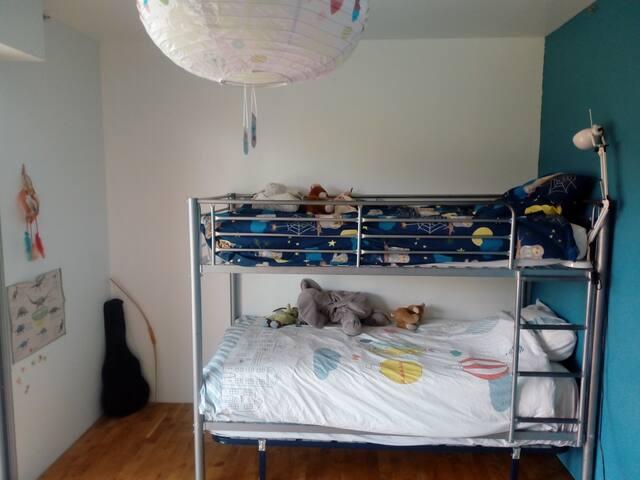 chambre avec lit superposé et possibilité matelas