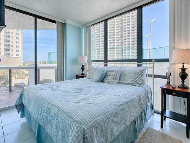 Bright, coastal condo! Free beach chairs & umbrella! Pool on-site!