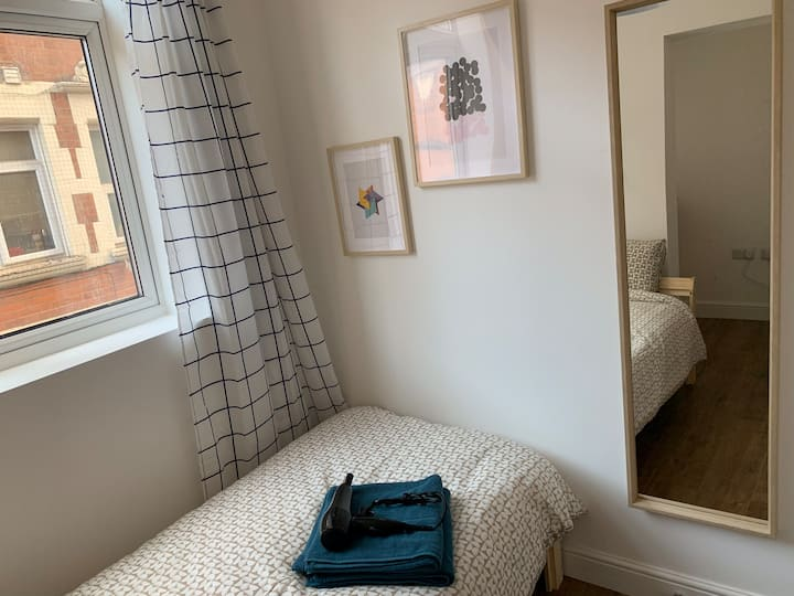 LOVELY SINGLE BEDROOM WITH FOLDABLE DESK IN CENTRE