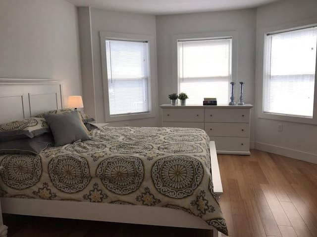 Beautiful  bedroom with private bath near HBS