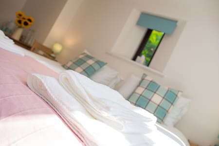 Twin or King-size, en-suite, in our family home - Ulverston - Hus