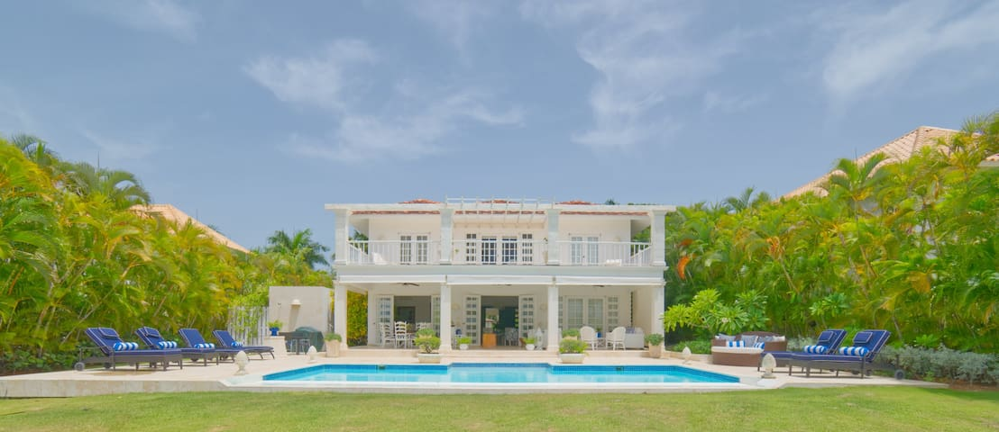 Cozy 4BDR villa with view of La Cana golf course