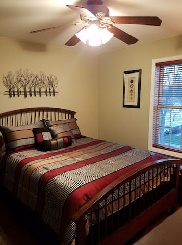 Comfy Queen Room in Newer Home With Private Bath!