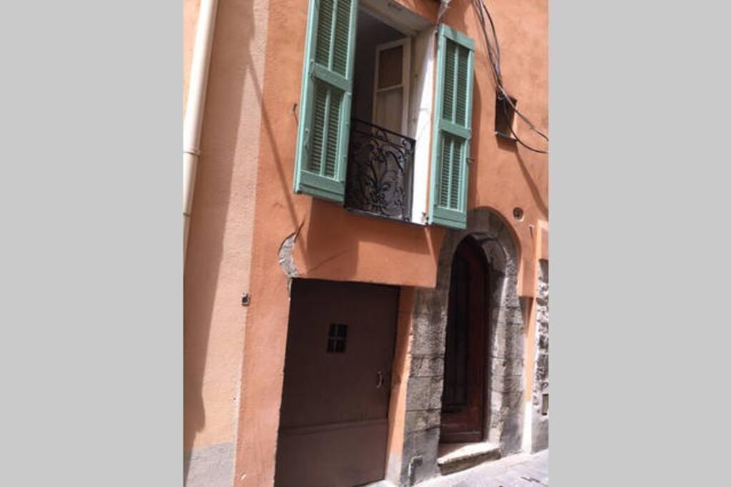 Ingresso appartamento e finestra