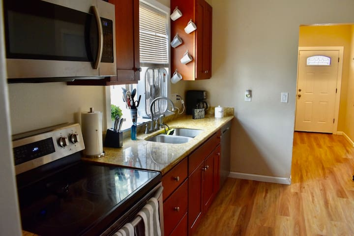 Perfectly Located Central Tacoma Home - Sleeps 9!