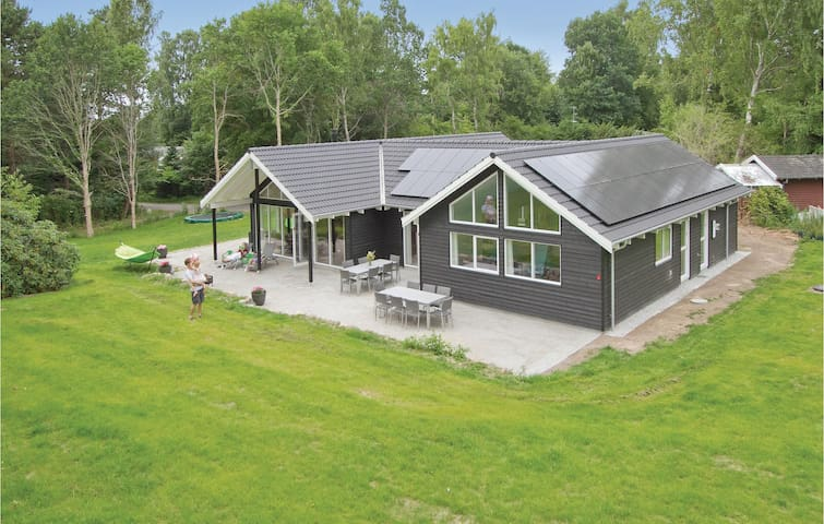Holiday cottage with 5 bedrooms on 224m² in Hornbæk