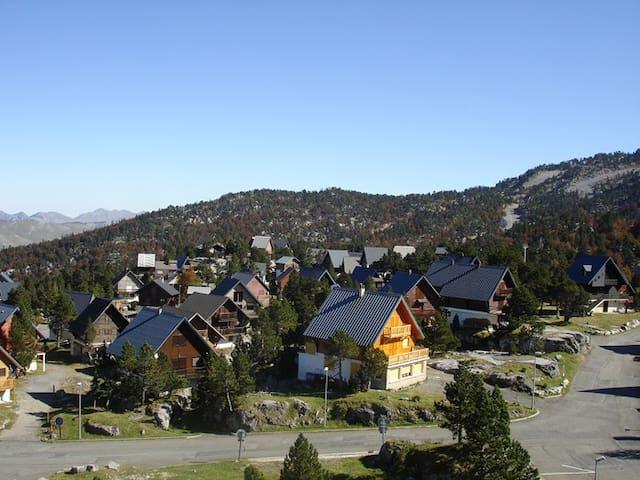 village de chalets au printemps/été
