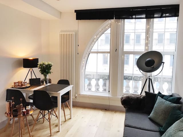 Modern private bedroom in bright flat in center - London - Apartmen