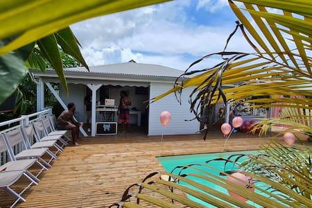 Chez Lauvineth piscine, forêt tropicale, rivière