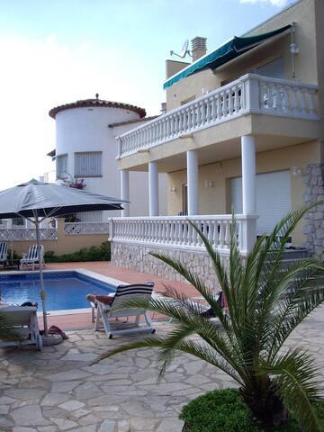Appartement dans villa avec piscine