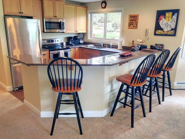 FV23: Convenience, comfort, and style in the heart of Bretton Woods, next to Golf Course! Wifi ,cable, free shuttle to skiing and hotel! AC. DISCOUNTED SKI TICKETS!