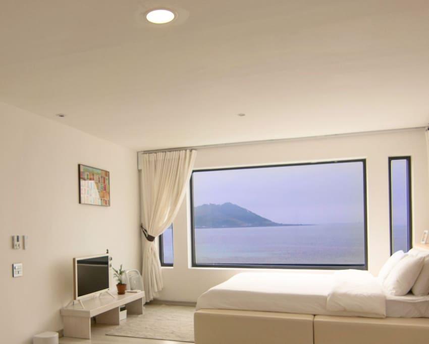 침실1 밖으로 보이는 뷰를 사진으로 전부 담을 수가 없네요....