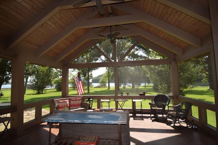 Lake Cottage with private dock. Sleeps 10+