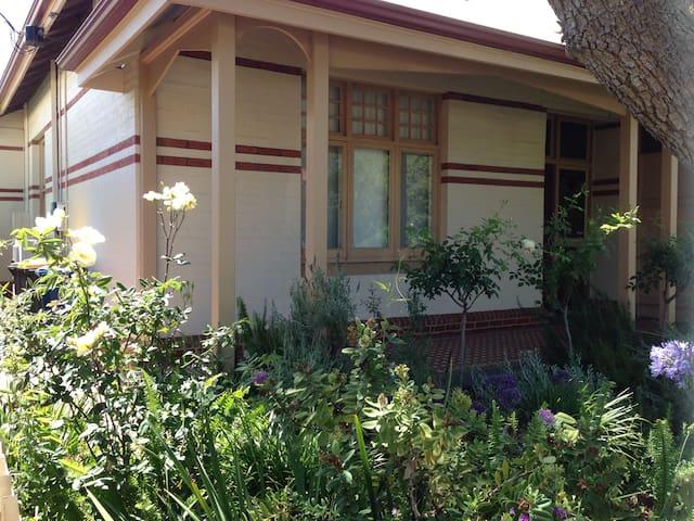 Unley cottage - quiet location, 5 mins to city