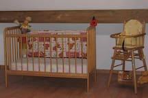 Deux lits bébés et 2 chaises hautes disponibles sur demande + équipements bébés : barrières de lit, baignoire, vaisselle et couverts, jouets etc