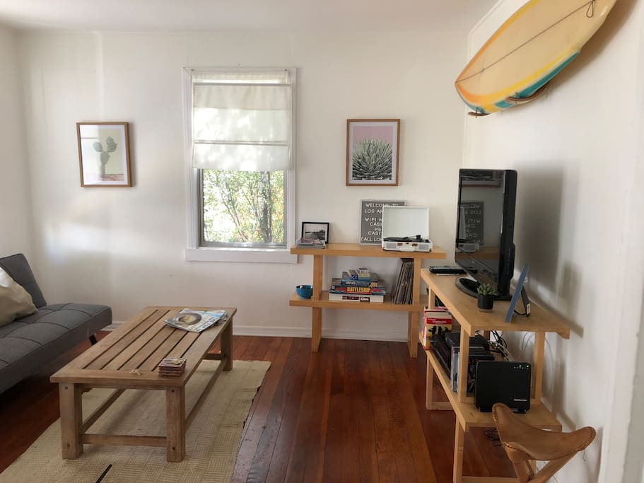 Living room with Cable TV, Apple TV, a DVD player, books and a record player for your enjoyment