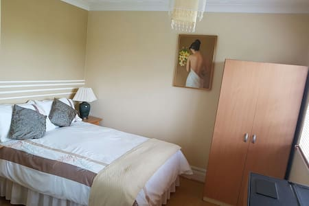 Cosy private room in detached house - Farcet - House