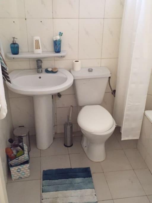 2 Salles de bains avec douche privée et une toilette visiteur
